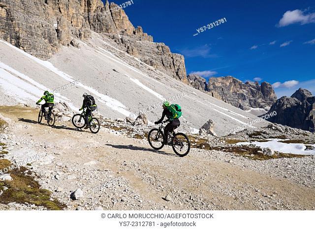 Mountain bikers on the trail around Tre Cime di Lavaredo, Auronzo, Belluno, Italy, Europe