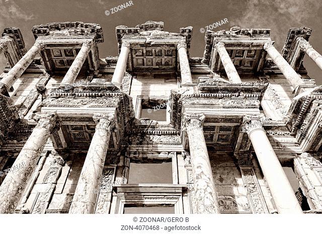 Fassade der Celsus Bibliothek Ephesus in der Türkei schwarz-weiss, Facade of the Celsus Library Ephesus in Turkey black-white