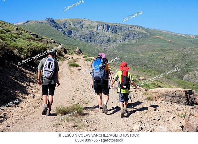 Hikers walking to Peña Negra cirque in Sierra de Béjar Natural Park  Becedas  Ávila province  Castilla y León  Spain