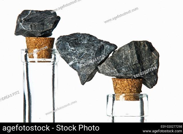 flaschen mit steinen