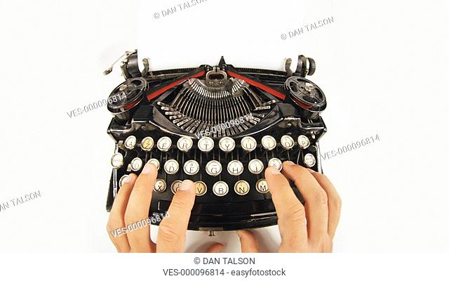 Aufnahme von einer Schreibmaschine. Hände tippen auf der Tastatur