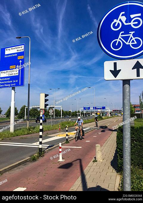 A proper bike path, complete with grade separation and dedicated signals, next to a busy motorway, in Amsterdam, the Netherlands