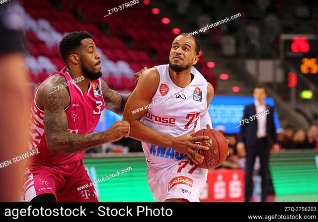 Bonn, Germany, 09. 01. 2021, Telekom Dome, Basketball Bundesliga, Telekom Baskets Bonn vs s. Oliver Wuerzburg: James Thompson IV (Bonn) und Alex Kink...