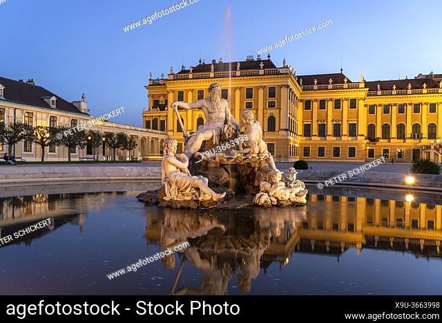 Brunnen im Ehrenhof von Schloss Schönbrunn in der Abenddämmerung, UNESCO Welterbe in Wien, Österreich, Europa   Parade Court fountain and Schönbrunn Palace at...