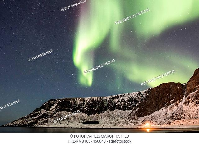 Aurora borealis at Unstad beach, Unstad, Vestvågøy, Vestvågøya, Lofoten, Nordland, Norway, March 2017, looking north / Aurora borealis am Strand von Unstad