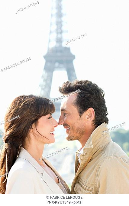 Romantic couple with the Eiffel Tower in the background, Paris, Ile-de-France, France