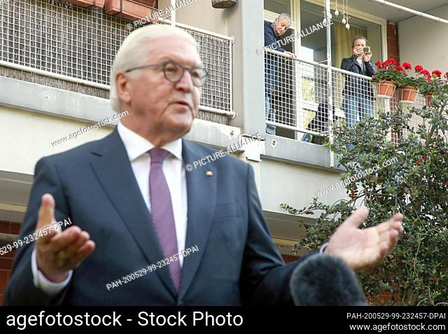 """29 May 2020, Berlin: Federal President Frank-Walter Steinmeier makes a statement on the """"""""Day of the Neighbours"""""""" after talking to local resident Ines Wagner (l"""