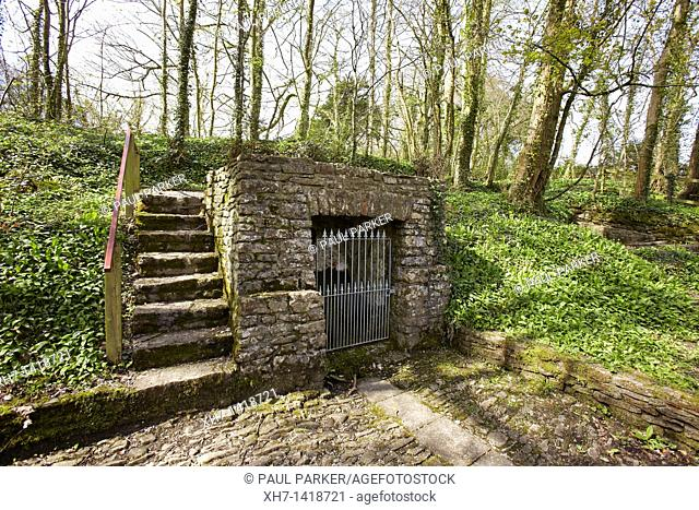 Salmons Well, a group of three wells near Penllyn in the Vale of Glamorgan, South Wales, UK with the inscription 'Dwr Rhudd Yr Hollalluog Dduw' Water