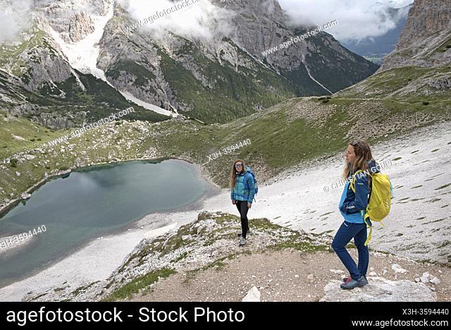randonneuses sur un chemin en surplomd du Lago dei Piani inferiore , Parc naturel des Tre Cime (Drei Zinnen), Dobbiaco, Region du Trentin-Haut-Adige