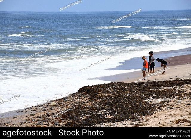 Walkers on the Atlantic beach in Swakopmund, taken on 02.03.2019. Photo: Matthias Toedt / dpa-Zentralbild / ZB / Picture Alliance | usage worldwide