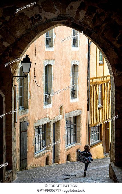 THE 15TH CENTURY SAINT-SAUVEUR PORCH, FORMER ENTRANCE TO THE WALLED TOWN, THE PLACE DE LA REPUBLIQUE, BELLEME (61), TOWN IN THE REGIONAL PARK OF THE PERCHE