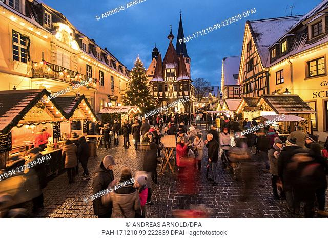 People at the Christmas market in Michelstadt, Germany, 10 December 2017. Photo: Andreas Arnold/dpa. - Michelstadt/Hessen/Germany