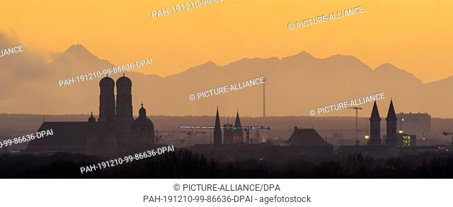 10 December 2019, Bavaria, Munich: The Allgäu Alpine panorama stands behind the backdrop of the Bavarian capital on a clear day