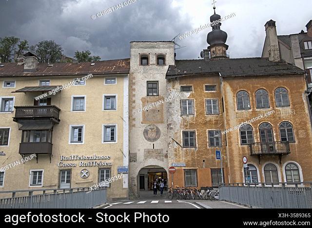porte de la vieille ville du cote de la riviere Rienza (Rienz en allemand), Brunico, Province de Bolzano, Region du Trentin-Haut-Adige, Tyrol du Sud, Italie