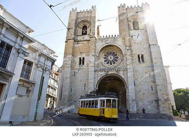 Tram in front of the Cathedral SÚ Patriarcal, Se Patriarcal, Lissabon, Portugal