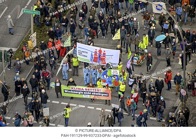 29 November 2019, Hamburg: Participants of the Fridays for Future demonstrations gather at the Rödingsmarkt. From 2 to 13 December 2019