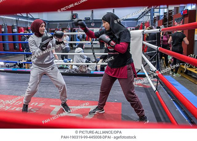 09 March 2019, Schleswig-Holstein, Lübeck: The boxers Miriam Hamdoun (r) and Hazel Özcan train at the Boxclub Lübeck in the boxing ring