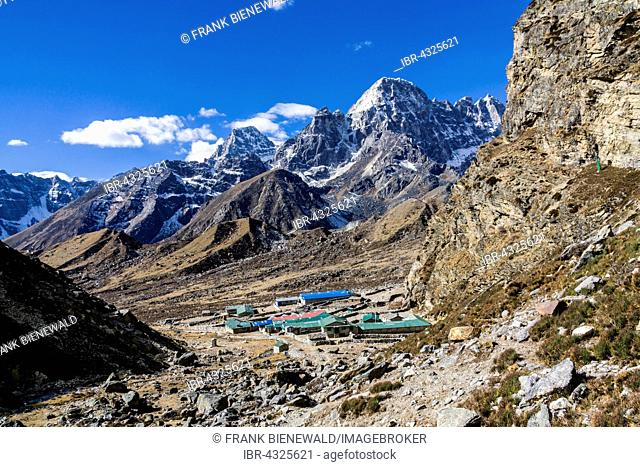 View of Dragnag village, snow covered mountains in the back, Dragnag, Solo Khumbu, Nepal