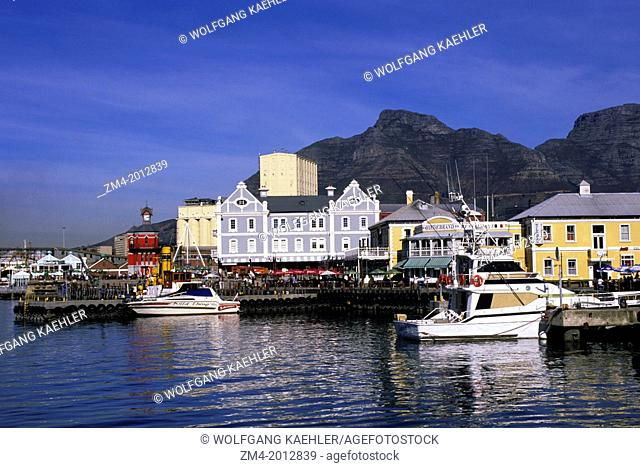 SOUTH AFRICA, CAPE TOWN, WATERFRONT CENTER, TABLE MOUNTAIN IN BACKGROUND
