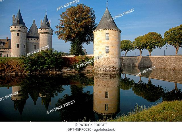 MOATS AND THE RENAISSANCE CHATEAU OF SULLY-SUR-LOIRE IN THE EARLY MORNING, LOIRET 45, FRANCE