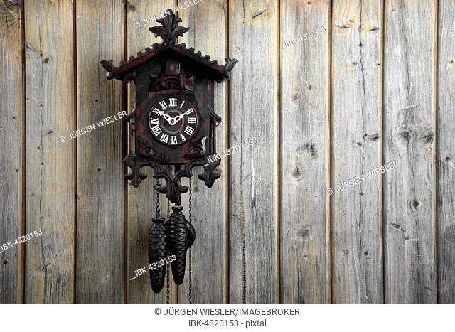 how to tell the age of a black forest clock
