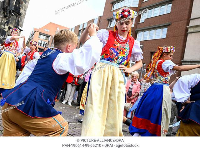 14 June 2019, Lower Saxony, Hanover: Young people dance in traditional costumes from Silesia at the beginning of the German meeting of the Silesians