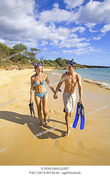 Hawaii, Maui, Makena, Couple walking on 'Little Beach' after snorkeling