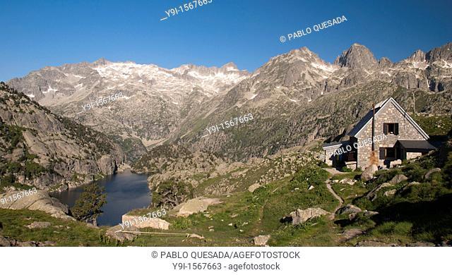Ventosa i Calvell mountain hut with Estany Negre lake, the Besiberris and the Tumeneja range in the background, Alta Ribagorça, Lleida province