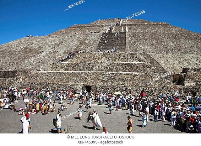 Tourists, Pyramid of the Sun, Piramide del Sol, Teotihuacan Archaeological Site, Teotihuacan, Mexico City, Mexico