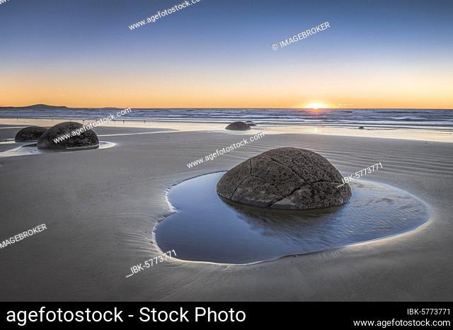 Moeraki Bolders, round rock balls, geological concretion, Hampden, Otago, New Zealand, Oceania