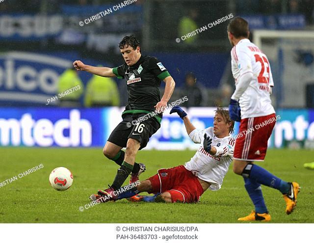 Hamburg's Per Ciljan Skjelbred (C)and Rafael van der Vaart vie for the ball with Bremen's Zlatko Junuzovic (L) during the GermanBundesliga match between...