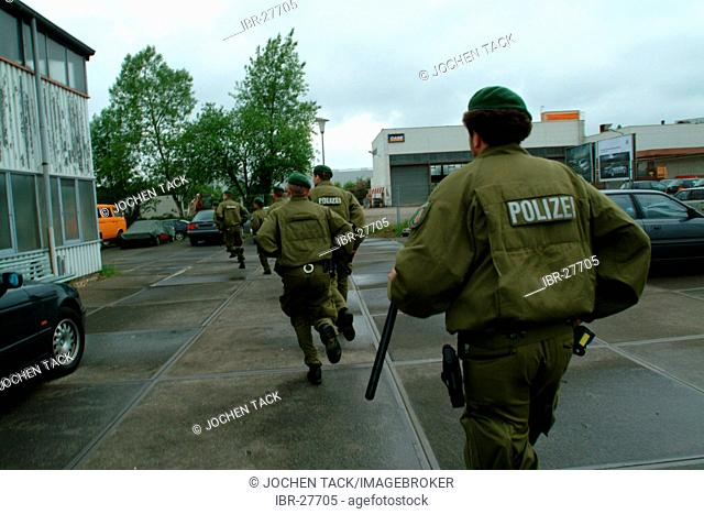 DEU, Germany : Police raid, anti riot units storming a building, early in the morning during the search of some criminals