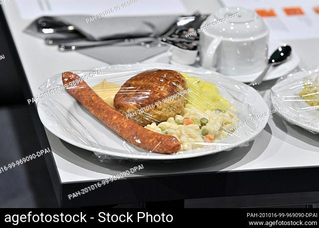 16 October 2020, Thuringia, Erfurt: Lunch packed in accordance with the hygiene rules is available for delegates at the general meeting of the German Farmers'...
