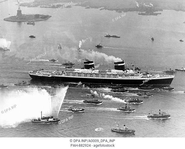 """The new 52,000-ton American liner """"""""United States"""""""", which had left the port of Newport News in Virginia on 22.06.1952, is being escorted by numerous tugs and..."""