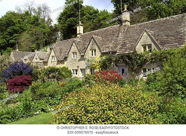 England, Gloucestershire, Cotswolds, Bibury, Cotswold cottages, pretty gardens