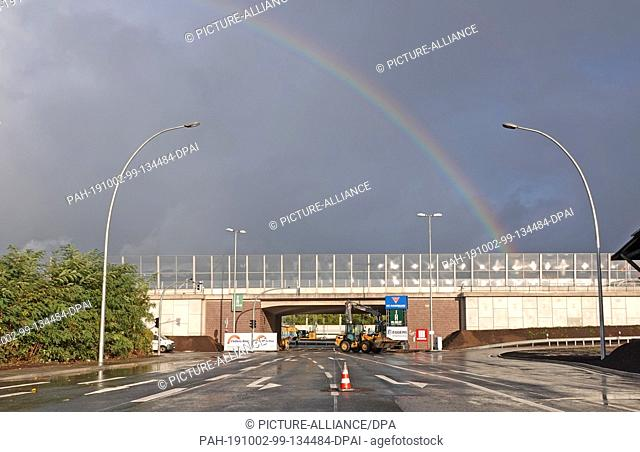 02 October 2019, Hamburg: View of a rainbow over the new federal road 75 (B75) at the junction Kornweide in the district Wilhelmsburg. A 4