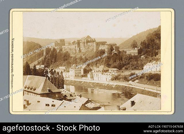 View of Bouillon with Bouillon castle (title on object), river, city view in general, 'veduta ' castle, Vigneron (fotograaf) (mentioned on object), Bouillon