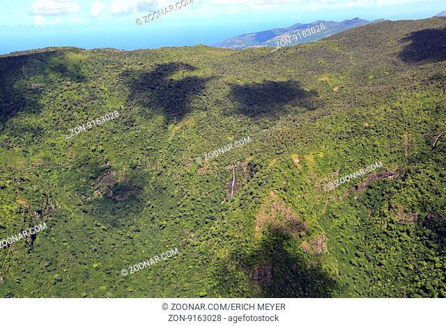 Mauritius, Landschaft im Black River Georges National Park mit bewaldeten Berghängen und Wasserfällen
