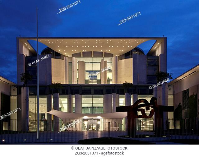 Berlin chancellery at night.	1015