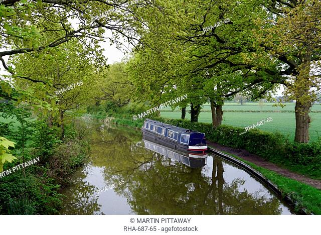 Narrow boat on Birmingham to Stratford upon Avon canal, Warwickshire, England, United Kingdom, Europe