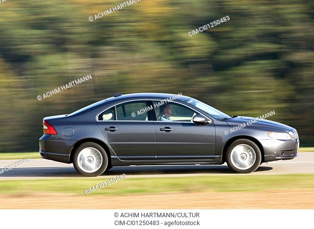 Volvo S80 D5 Summum, model year 2006-, anthracite, driving, side view, country road