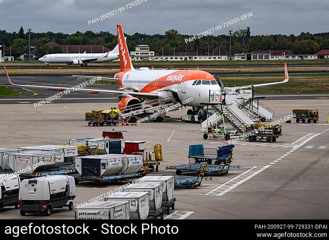27 September 2020, Berlin: An Easyjet aircraft is unloaded at Tegel Airport. The opening date of the new BER airport is scheduled for 30 October 2020 and is...