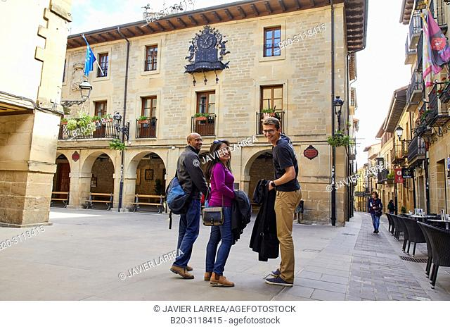 Guide with tourists, Laguardia, Rioja Alavesa, Araba, Basque Country, Spain, Europe