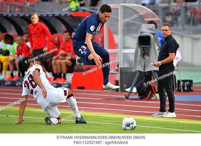 Julian DRAXLER (PSG), action, duels versus Lukas MUEHL (1.FC Nuremberg), r: Damir Canadi (coach Nuernberg). 1.FC Nuremberg-Paris Saint Germain (PSG) 1-1, at 20