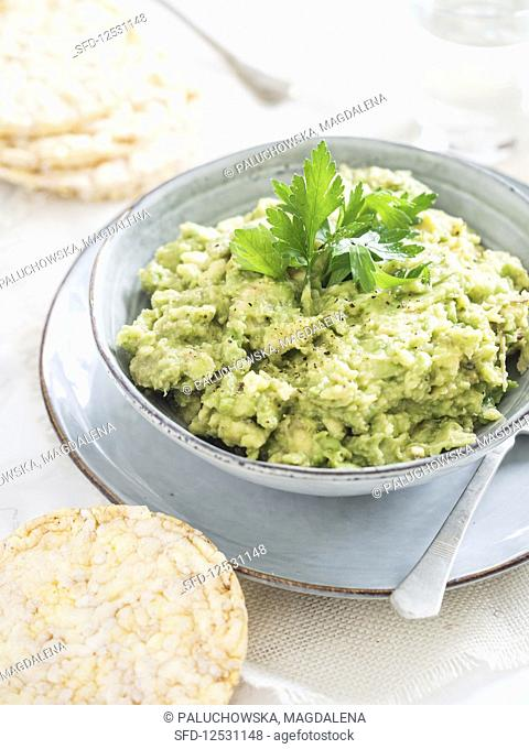 Guacamole served with rice cakes