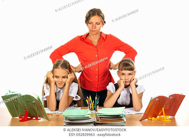 The teacher reports to children who do not want to study
