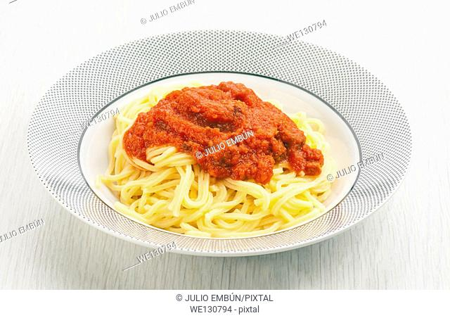 spaghetty with tomato sauce in Contemporary plate