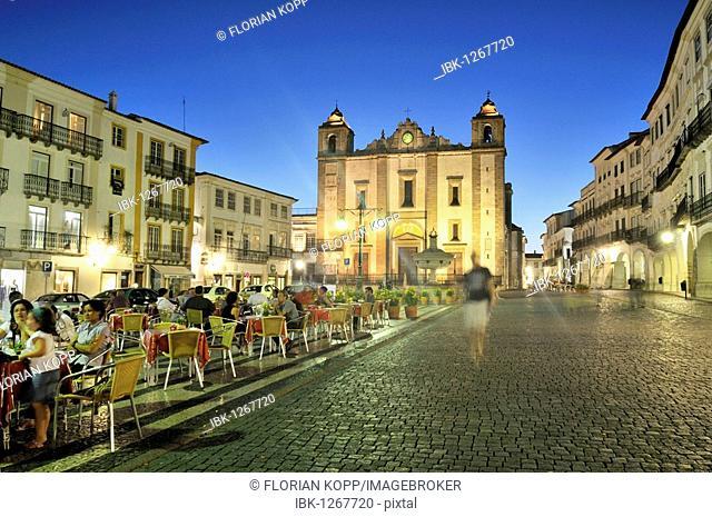 Praca do Giraldo square with the church Igreja de Sao Antao and outdoor cafe at night, Evora, UNESCO World Heritage Site, Alentejo, Portugal, Europe