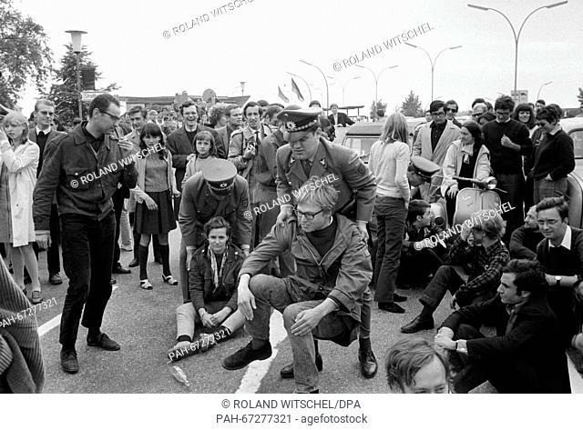 "French students block the border checkpoint Kehl, German policemen carry them away. Daniel-Cohn Bendit's attempt to enter France across the border """"Goldene..."