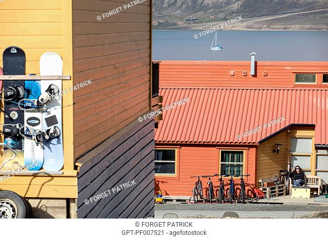 COLORFUL WOODEN HOUSES, CITY OF LONGYEARBYEN, THE NORTHERNMOST CITY ON EARTH, SPITZBERG, SVALBARD, ARCTIC OCEAN, NORWAY